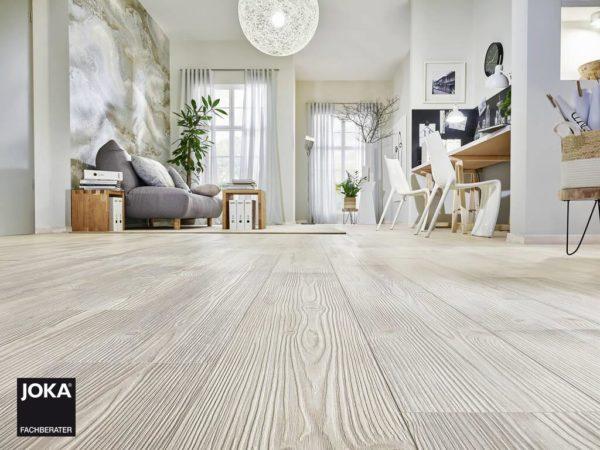 JOKA Laminatboden Skyline - Pine vintage white 5597 - 1-Stab Laminatdiele mit V4 Fase - Ambiente