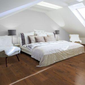 NaBo Parkett 2-Schicht Diele Eiche Dark Maxi XL - Sortierung Projekt - handgehobelt, natur vorgeölt - Ambiente Schlafzimmer